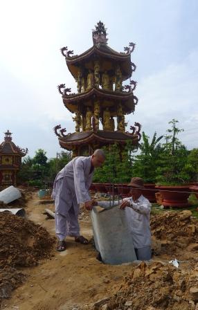 Dù chưa đủ kinh phí nhưng thầy Thiện Trung vẫn tiến hành xây dựng giảng đường