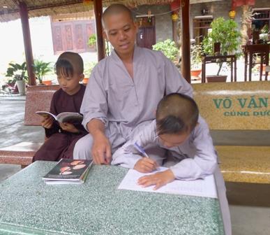 Những giờ nhàn rỗi, Đại Đức Thích Thiện Trung dành thời gian dạy các cháu học hành