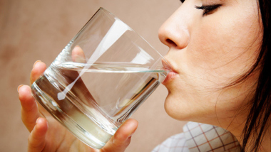 Điều gì xảy ra nếu uống nước ngay sau khi thức dậy? - Ảnh 1.
