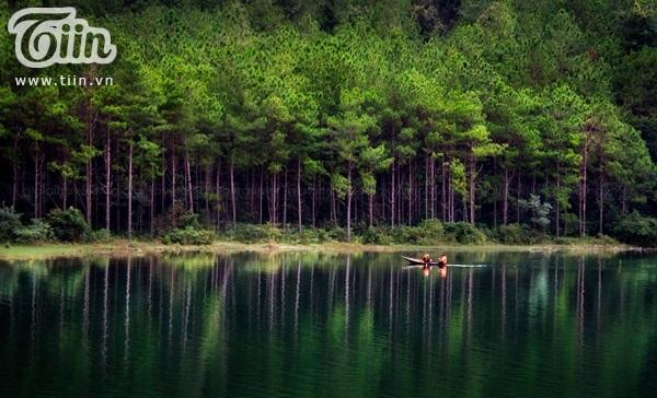 Làn nước xanh màu lá, tĩnh lặng đến bình yên